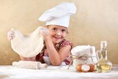 Meisje dat pizza of deegwarendeeg maakt Stock Afbeeldingen