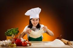 Meisje dat pizzadeeg maakt Stock Afbeelding