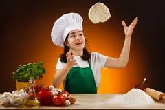 Meisje dat pizzadeeg maakt Stock Afbeeldingen