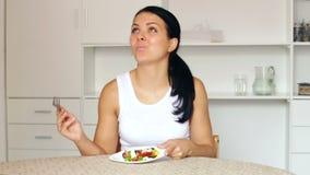 Meisje dat plantaardige salade eet stock video
