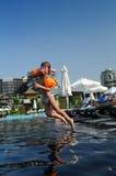 Meisje dat in pool springt Royalty-vrije Stock Foto
