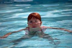 Meisje dat in pool zwemt Stock Foto