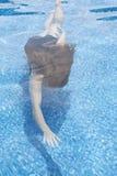 Meisje dat in pool zwemt stock foto's