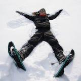 Meisje dat pret in de sneeuw heeft stock afbeeldingen