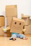 Meisje dat pret in haar het nieuwe huis uitpakken heeft Royalty-vrije Stock Afbeelding