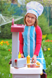 Meisje dat pret het speel koken heeft Stock Foto's