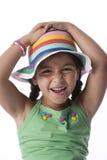 Meisje dat pret met een hoed heeft Stock Foto