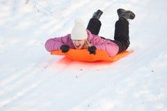 Meisje dat pret in sneeuw heeft Stock Fotografie