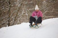 Meisje dat pret in sneeuw heeft Stock Afbeeldingen