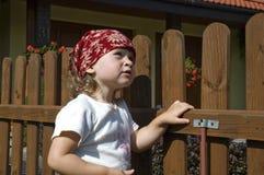 Meisje dat pret in tuin heeft stock foto