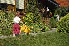 Meisje dat pret in tuin heeft stock afbeelding