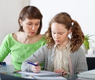 Meisje dat prework met haar mamma doet stock foto's