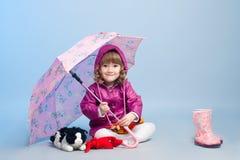 Meisje dat regenjas draagt Stock Foto's