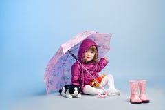 Meisje dat regenjas draagt Royalty-vrije Stock Foto