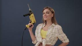 Meisje dat reparatie maakt die een boor in haar handen houdt stock video
