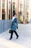 Meisje dat rond stad loopt Royalty-vrije Stock Fotografie