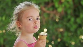 Meisje dat roomijs eet stock videobeelden