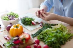 Meisje dat salade voorbereidt Stock Afbeeldingen