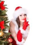 Meisje dat in santahoed stiltegebaar maakt. Royalty-vrije Stock Afbeeldingen