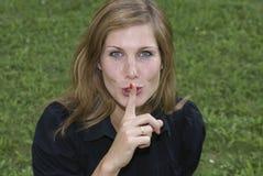 Meisje dat shh teken maakt Royalty-vrije Stock Foto's