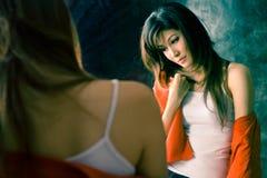 Meisje dat slapeloosheidsziekte voor een spiegel heeft Royalty-vrije Stock Foto
