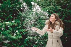 Meisje dat Sneeuw werpt Stock Afbeelding
