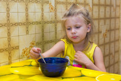 Meisje dat soep eet Royalty-vrije Stock Afbeeldingen