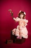 Meisje dat somebody een roze bloem geeft Royalty-vrije Stock Afbeelding