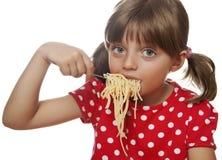 Meisje dat spaghetti van een vork eet stock foto