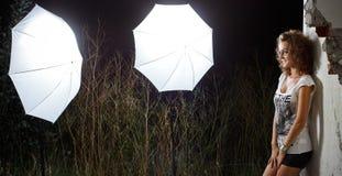 Meisje dat studioverlichting in openlucht onder ogen ziet Stock Foto