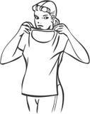 Meisje dat t-shirt probeert royalty-vrije illustratie