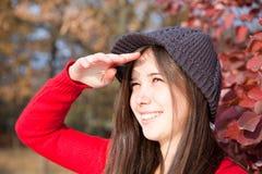 Meisje dat tegen de zon kijkt Stock Foto's