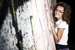 Meisje dat tegen muur leunt Stock Foto