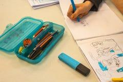 Meisje dat Tekening maakt op School stock afbeeldingen