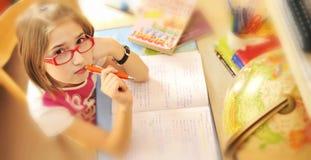 Meisje dat thuis leert Stock Afbeelding
