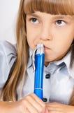 Meisje dat thuiswerk doet Stock Foto's