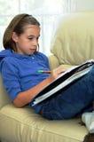 Meisje dat thuiswerk doet Stock Fotografie