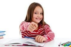 Meisje dat thuiswerk doet dat op witte achtergrond wordt geïsoleerds Stock Foto