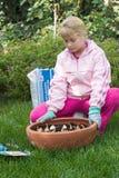 Meisje dat tulpen plant Stock Foto's