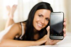 Meisje dat u een telefoon toont Stock Foto