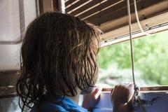 Meisje dat uit het venster kijkt Royalty-vrije Stock Foto's