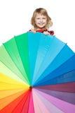 Meisje dat uit van achter de kleurrijke paraplu piept Royalty-vrije Stock Fotografie