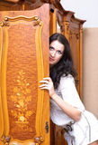 Meisje dat uit van garderobe kijkt Royalty-vrije Stock Afbeeldingen