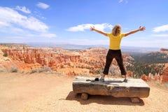 Meisje dat van landschap in Canion Bryce geniet Royalty-vrije Stock Afbeeldingen