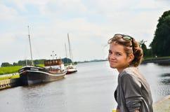 Meisje dat van vakantie geniet Stock Foto