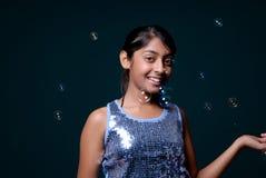 Meisje dat van zeepbel geniet rond haar Royalty-vrije Stock Afbeelding