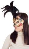 Meisje dat Venetiaans masker, op wit draagt Stock Foto