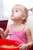 Meisje dat vlokken eet royalty-vrije stock fotografie