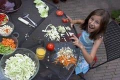 Meisje dat voedsel voorbereidt Royalty-vrije Stock Foto's
