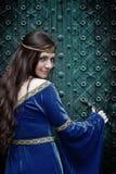 Meisje dat vreselijke deur opent Royalty-vrije Stock Afbeeldingen